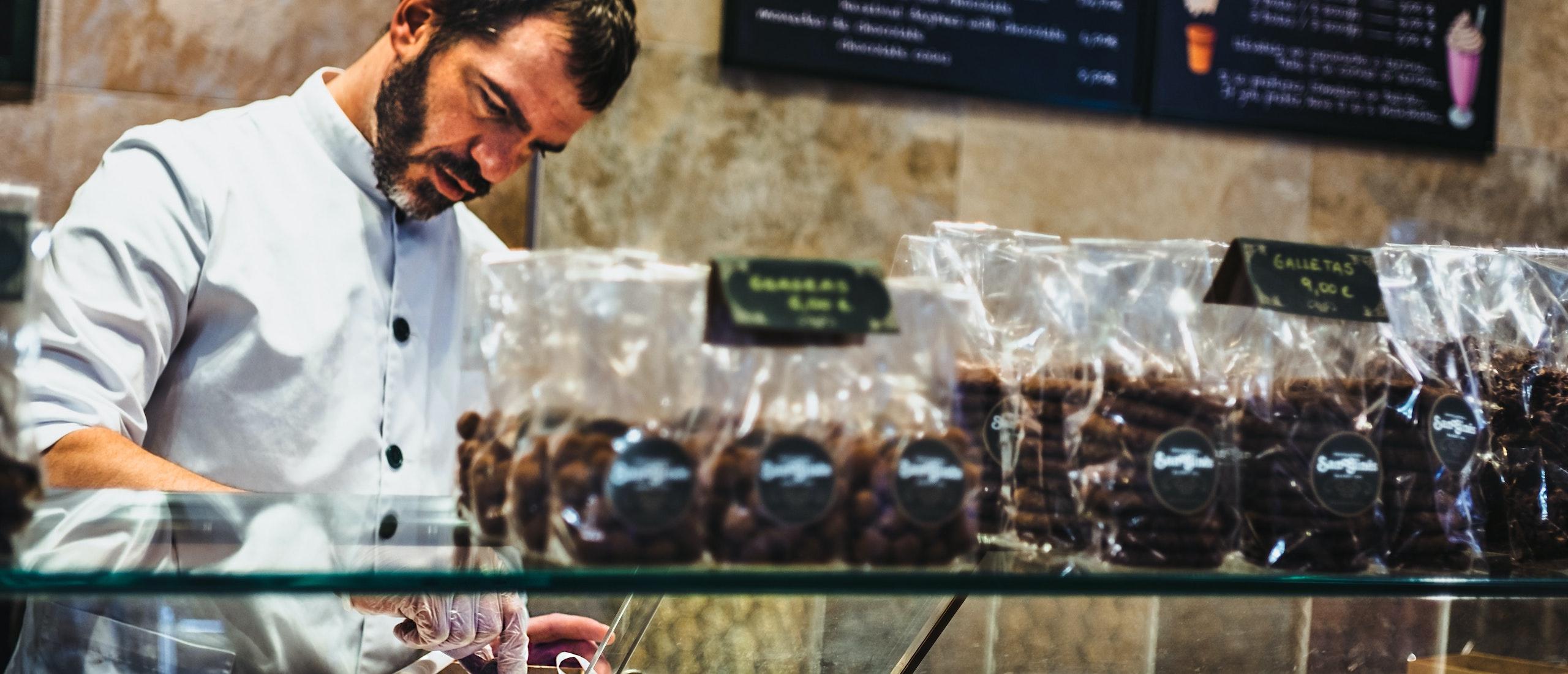 Снимка на мъж в сладкарница